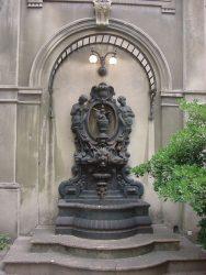 Fuente de pared – Fontaine d'applique  – calle Basavilbaso – Buenos Aires
