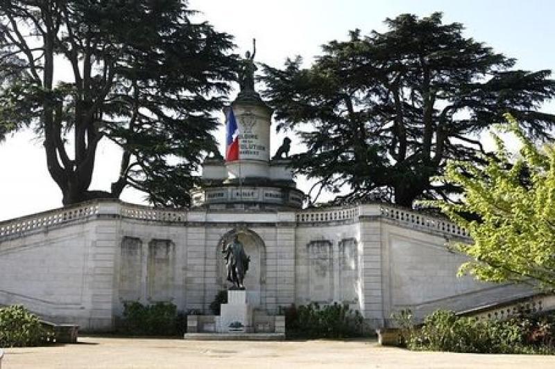 Monument la gloire de la r volution fran aise ou la for Code postal chatellerault