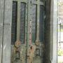 Portes de chapelles sépulcrales - Division 19 - Cimetière du Père Lachaise - Paris (75020) - Image2