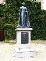 Monument à Béatrix de Gâvre – Laval