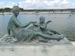 Nymphe avec un amour offrant des perles – Parterre d'eau – Bassin Sud – Jardins du château – Versailles