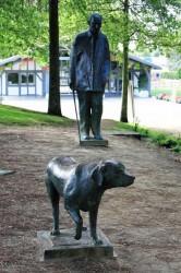 Statue de François Mitterrand et sa chienne – Soustons