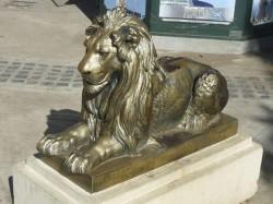 Lion couché et sa réplique – Plaza Independencia, Tandil