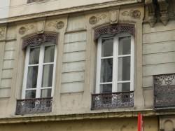 Appuis de croisée et lambrequins de jalousies – rue de la Charité – Lyon
