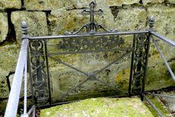 Entourages de tombes et portes-couronnes (2) – Division 79 – Cimetière du Père Lachaise – Paris (75020)