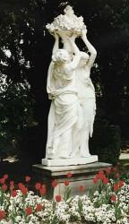 Femmes portant une corbeille de fruits – Epernay