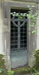 Portes de chapelles sépulcrales – Division 17 – Cimetière du Père Lachaise – Paris (75020)