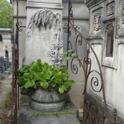 Ornements de sépulture (porte-couronnes) – Division 85 – Cimetière du Père-Lachaise – Paris (75020)