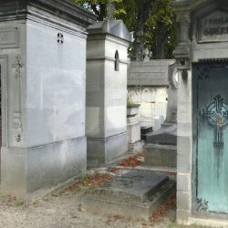 Portes de chapelles sépulcrales (1) – Division 85 – Cimetière du Père Lachaise – Paris (75020)