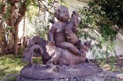 Amour domptant un dragon  – Maison Déramond – Saint-Denis de la Réunion