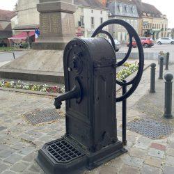 Borne-fontaine – Place de la République – Le Donjon