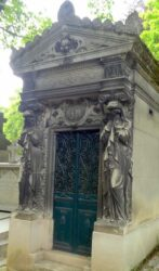 Portes de chapelles sépulcrales (1)  – Division 70 – Cimetière du Père Lachaise – Paris (75020)
