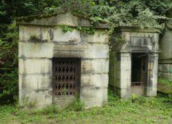 Portes de chapelles sépulcrales  – Division 30 – Cimetière du Père Lachaise – Paris (75020)