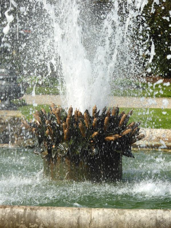 Bassin avec jet d\'eau et vases (6) – Jardin Léon Bonnat – Bayonne