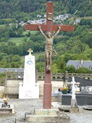 Christ en croix et croix funéraires – Cimetière – Bourisp