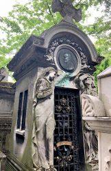Chapelle et médaillon de la sépulture Lagrange – Cimetière du Père Lachaise – Paris (75020)
