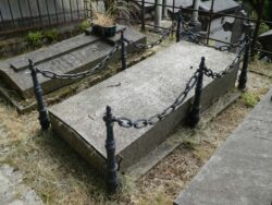 Entourages de tombes (1) – Division 56 – Cimetière du Père Lachaise – Paris (75020)
