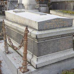 Ornements de sépulture (flambeaux et porte-couronnes)  – Division 41 – Cimetière du Père-Lachaise – Paris (75020)