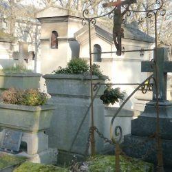 Ornements de sépulture (porte couronnes) – Division 91 – Cimetière du Père-Lachaise – Paris (75020)