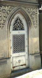 Portes de chapelles sépulcrales  – Division 54 – Cimetière du Père Lachaise – Paris (75020)