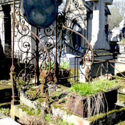 Ornements de sépulture (porte-couronnes) – Division 42 – Cimetière du Père-Lachaise – Paris (75020)
