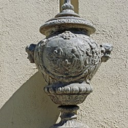 Vases (2) –  Capilla Católica (costado) – Cementerio general – Santiago de Chile