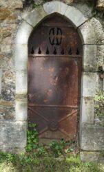 Portes de chapelles sépulcrales  – Division 18 – Cimetière du Père Lachaise – Paris (75020)