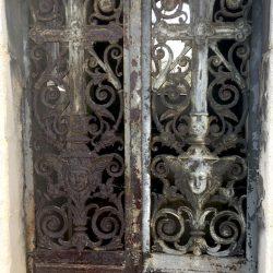 Portes de chapelles sépulcrales (1) – Division 42 – Cimetière du Père Lachaise – Paris (75020)