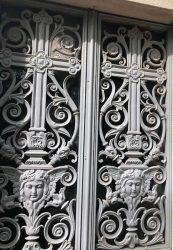 Portes de chapelles sépulcrales (2) – Division 65 – Cimetière du Père Lachaise – Paris (75020)