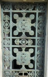 Portes de chapelles sépulcrales (1) – Division 45 – Cimetière du Père-Lachaise – Paris (75020)