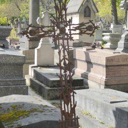 Croix funéraire de la sépulture Lasserre – Cimetière du Père Lachaise – Paris (75020)