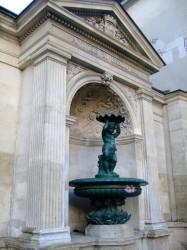 """Fontaine """"enfant à la coquille"""" – Rue Charlemagne – Paris (75004)"""