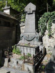 Ornements funéraires et croix – Division 26 – Cimetière du Père Lachaise – Paris (75020)