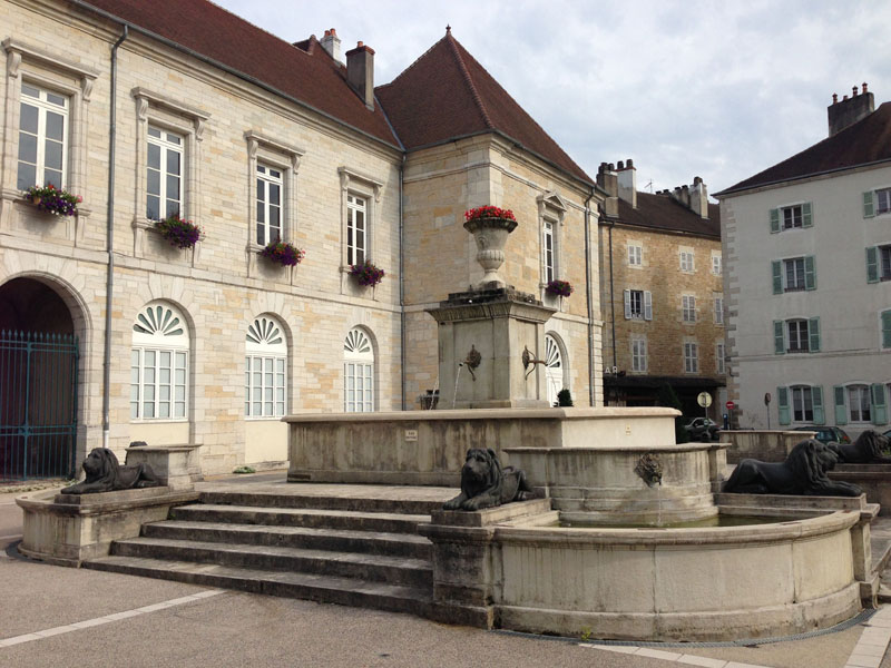 Fontaine aux lions 8 place de l h tel de ville lons for Lons le saunier code postal