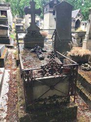 Entourages de tombes et porte-couronnes – Division 71 – Cimetière du Père Lachaise – Paris (75020)