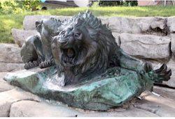Lion rugissant (volé, remplacé) – Orly