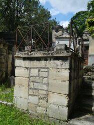 Entourages de tombes, croix et corbeille – Division 18 – Cimetière du Père Lachaise – Paris (75020)