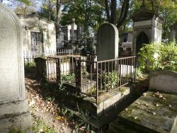 Entourages de tombes (1) – Division 27 – Cimetière du Père Lachaise – Paris (75020)