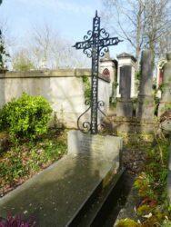 Ornements, croix et corbeilles – Division 51 – Cimetière du Père Lachaise – Paris (75020)