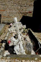 Croix et entourage de cimetière (1) – Saint-Étienne-de-Tulmont