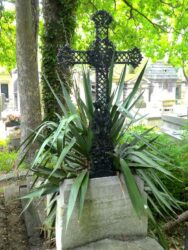 Corbeilles, ornements et croix – Division 70 – Cimetière du Père Lachaise – Paris (75020)