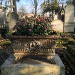 Ornements de sépulture (Corbeilles, vases et décors) – Division 41 – Cimetière du Père-Lachaise – Paris (75020)