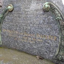 Ornements de sépulture (décorations) – Division 92 – Cimetière du Père-Lachaise – Paris (75020)