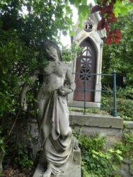 Portes de chapelles sépulcrales – Division 19 – Cimetière du Père Lachaise – Paris (75020)