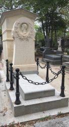 Entourages de tombe et porte-couronnes Division 44 – Cimetière du Père-Lachaise – Paris (75020)