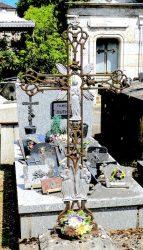 Croix aux anges avec vase et couronne (2) – Cimetière de la ville – Cahors