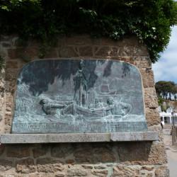 Bas-relief sur le débarquement de Jean IV de Bretagne à Dinard – Promenade du Clair de Lune – Dinard
