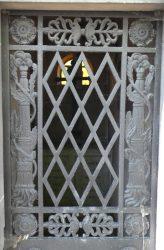 Portes de chapelles sépulcrales (1) – Division 50 – Cimetière du Père Lachaise – Paris (75020)