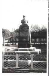 Monument au Commandant G. Guesnet (fondu-remplacé) – La Neuville-en-Hez