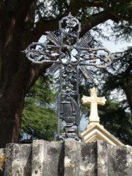 Croix avec motif d'urnes – Cimetière de la ville – Cahors